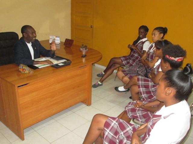 Me Patrick Laurent avec un groupe d'élèves